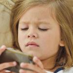 Jak urządzenia elektroniczne wpływają na sen dzieci i młodzieży?