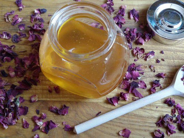 miód z płatkami róż